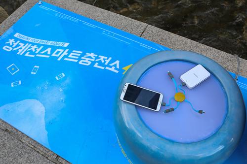 実はこちら、携帯電話の無料充電器。約2時間でバッテリーが満タンになる充電器は、青年企業家たちの団体「enomad(イノマドゥ)」が開発したもの。スマートフォンやiPhone、タブレット機器など機種問わず充電が可能です。