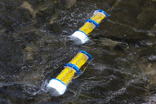 充電器が話題を集めているのは無料で使えるということだけでなく、環境に優しい水力発電で電力供給を行なっているため。清渓川に設置された全3台のモーターによって、5つのケーブルが備わった充電ブースの電力をまかなっています。
