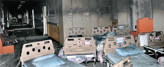認知症の高齢者患者ら21人が亡くなった全羅南道長城(チョンラナムド・チャンソン)の孝愛療養病院の火災現場。室内は黒く焼け、残ったベッドの残骸で荒れ果てた。(写真=中央フォト)