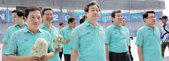 セヌリ党の金武星代表(中央)と党指導部ら議員が15日に仁川アジア大会公式後援を務める中国のスポーツブランド「361°」のロゴが刻まれたTシャツを着てスタジアムを視察している。