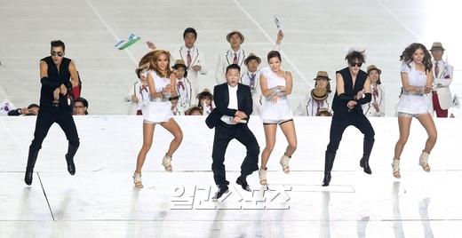 仁川アジア競技大会の開会式で馬ダンスをするPSY