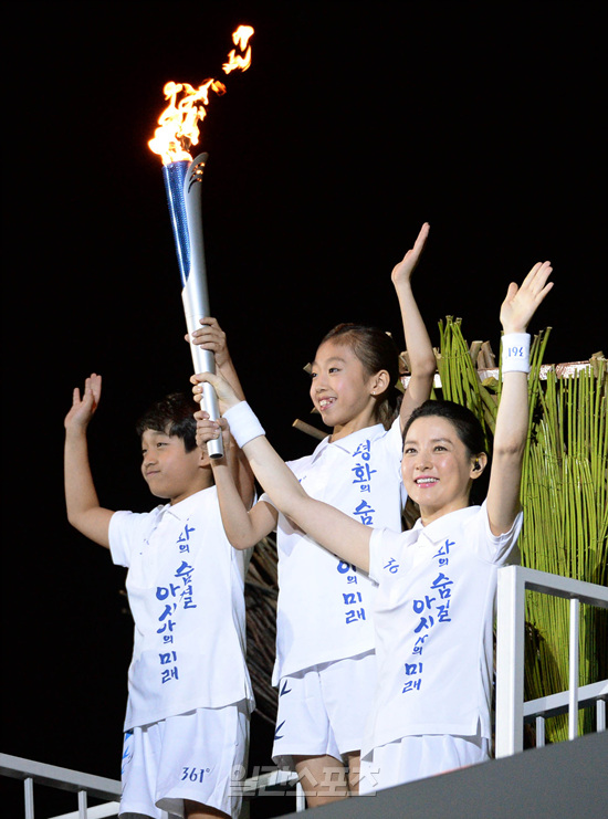 聖火リレーの最終走者として登場した女優イ・ヨンエ(右)
