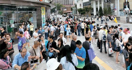 中国の国慶節(建国記念日)を控えてソウルを訪れた中国人観光客の団体が21日、ソウル明洞でショッピングをしている。中国人観光客600万人時代を迎え、ソウルに集中する中国人観光客を地方に拡散するためには、大型カジノやレジャー施設を拡充すべきだという指摘が多い。