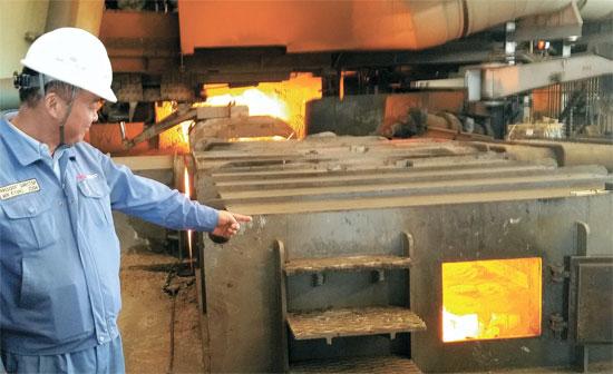 ポスコは東南アジア市場を狙ってインドネシア国営鉄鋼会社のクラカタウスチールとの合弁でジャワ島西端の都市イバラコンに東南アジアで最初の一貫製鉄所を建てた。クラカタウ・ポスコ法人のミン・キョンジュン代表が今年初めから稼働を始めた高炉を説明している。(写真=ポスコ)