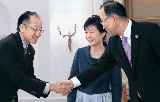 朴槿恵(パク・クネ)大統領が23日、米国ニューヨーク国連事務総長官邸を訪問して潘基文(バン・ギムン)総長(右側)とジム・ヨン・キム世界銀行総裁と挨拶を交わしている。