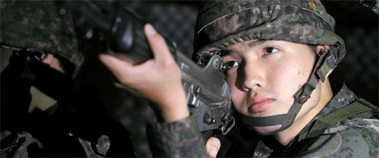 西部戦線「無敵剣部隊」のパク・チョルイン一等兵が1日、夜警戒勤務をしている。パク一等兵は母親が日本人の「多文化兵士」だ。韓国国籍を放棄すれば軍隊に行く必要はないが、そうしなかった。国を守ろうと前方を志願した。