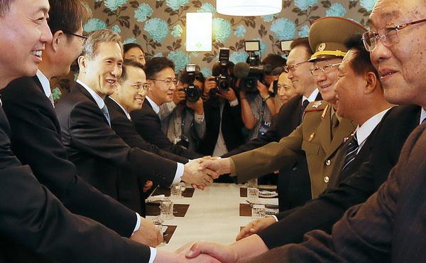 握手を交わす南北会談出席者