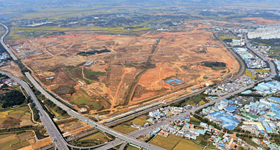 サムスンが15兆6000億ウォンをかけてDRAMなど半導体ラインを建設する計画の京畿道平沢市古徳国際化産業団地予定地.