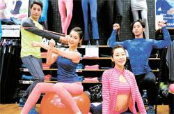 15日にソウルのイーマート聖水店でモデルが「デイズスポーツ」を披露している。(写真=イーマート)