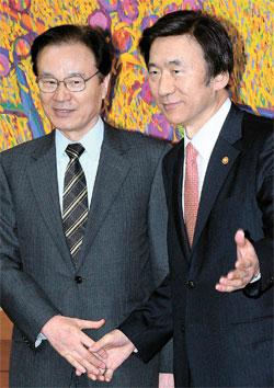 尹炳世(ユン・ビョンセ)外交部長官(右)が21日午後、外交部庁舎で谷内正太郎国家安全保障局長に会い、慰安婦問題など両国の懸案について意見を交換した。