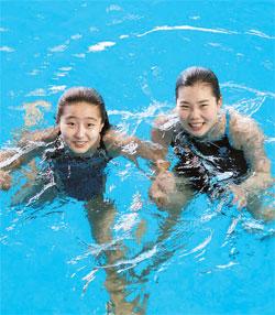 スポーツ選手たちが独島の広報に乗り出した。慶尚北道体育会は2013年に水泳・重量挙げ選手5人で独島スポーツ団を創立した。全国体育典を控えて慶尚北道金泉で訓練中の飛込チームのコ・ウンジさん(左)とキム・ナミさん。