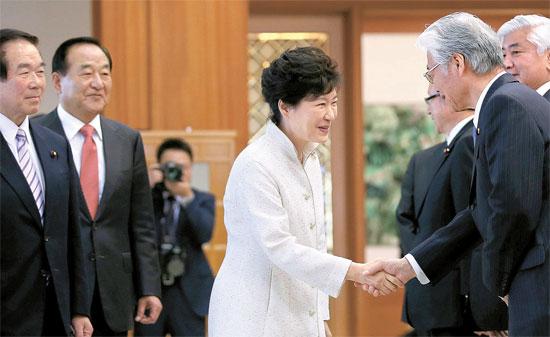 朴槿恵(パク・クネ)大統領は24日、青瓦台(チョンワデ、大統領府)を訪問した額賀福志郎会長(左)ら日韓議員連盟代表団と会談した。朴大統領はこの席で、「来年は韓日国交正常化50周年だが、今は新しい韓日関係のために努力しなければならない重要な時間であるだけに、議員連盟の皆さんの多くの役割を期待している」と述べた。左から額賀会長、徐清源(ソ・チョンウォン)韓日議員連盟会長、朴大統領、直嶋正行副幹事長、中谷元副会長。(写真=青瓦台写真記者団)