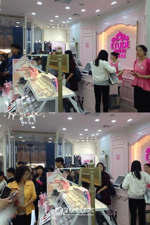 21日、中国上海にある韓国化粧品ブランド「ETUDE HOUSE」の店舗で現地の女性消費者が製品テストを行っている。
