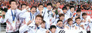 28年ぶりにアジア競技大会の金メダルを握った太極戦士は幸せだった。「史上最弱」と呼ばれた今回の代表チームは、7試合で13得点無失点という成績を残した。選手の大半は華麗な履歴とは距離があるが、団結して韓国サッカーの力を見せた。