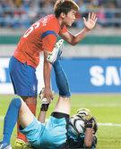 イ・ジョンホ(左)が北朝鮮との決勝戦で、倒れた北朝鮮GKのリ・ミョングクの手を握って起こしている。