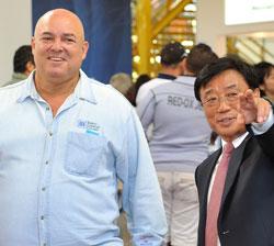 フィデル・カストロ元キューバ国家評議会議長の3人目の息子であるアレックス・カストロ氏(写真左)が、オ・ヨンホKOTRA社長と共に国際博覧会(FIHAV)に参加した韓国企業の物を見学している。(写真=KOTRA)