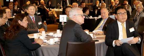 アジア財団60周年行事の出席者が討論を傾聴している。左から金聖翰高麗大教授、任暁復旦大教授、バビエラ・フィリピン大教授、洪錫ヒョン中央日報・JTBC会長、韓昇洲韓米協会会長、ランプトンアジア財団理事長、アーマコスト元米国務政務次官、朴振元国会議員。