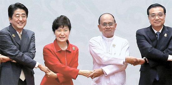 朴大統領が13日、ミャンマー国際会議センターで開かれた第17回ASEANプラス3会議の前、各国首脳と笑顔で記念撮影している。朴大統領はこの会議を共同主宰し、韓日中3カ国首脳会談を提案した。左から安倍首相、朴大統領、テインセイン・ミャンマー大統領、李克強中国首相。
