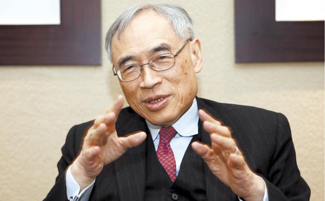 15日、ソウルグランドハイアットホテルでインタビューに応じるラウ教授。彼は「中国を見る時にはGDP成長率以外の指標も共に考慮すべきだ」と話した。