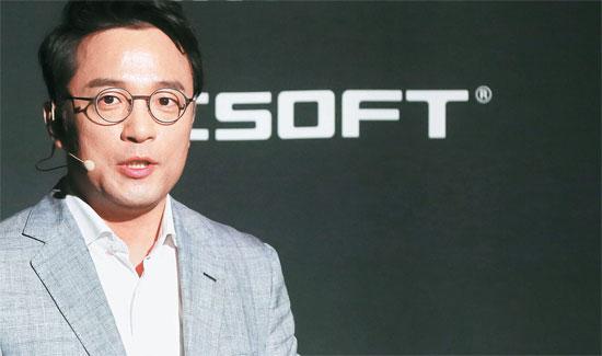 金沢辰(キム・テクジン)NCソフト代表は18日、開発中のゲーム「リネージュ・エターナル(Lineage Eternal)」の試演映像を紹介した。右側は、このゲームのポスターを合成したもの。(写真=NCソフト)