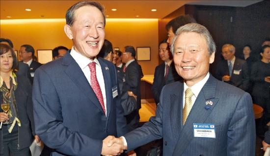 韓日財界会議を翌日に控えた30日、ソウル獎忠洞(チャンチュンドン)の新羅ホテルで開かれた歓迎晩餐で、全国経済人連合会の許昌秀(ホ・チャンス)会長(左)が日本経団連の榊原定征会長と握手している。(写真提供=韓国経済新聞)