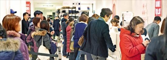 ユニクロのソウル小公洞(ソゴンドン)ロッテヤングプラザ店のレジが7日、消費者で混みあっている。(写真提供=韓国経済新聞社)