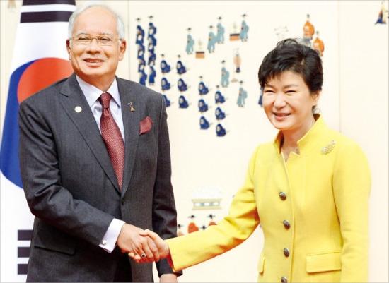 朴大統領が10日、青瓦台で開かれた韓・マレーシア首脳会談の前、マレーシアのナジブ・ラザク首相と握手している。(写真提供=韓国経済新聞社)