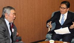 日本国際問題研究所の野上理事長(左)とインタビューする朴振(パク・ジン)元国会外交通商統一委員長。