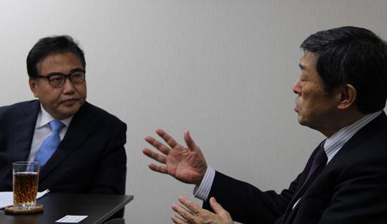 北岡本部長が朴振(パク・ジン)元国会議員(左)のインタビューに応じている。