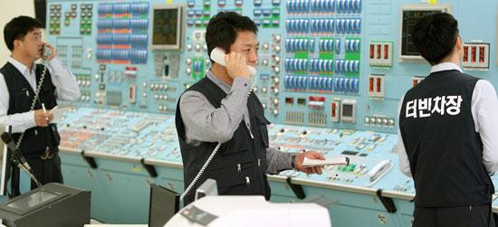 最近ハッキングで古里・月城原発の図面などが流出した事件と関連し、22日、慶州市の月城原発でサイバー攻撃に対応する模擬訓練が行われた。資料を流出させたハッカー集団は現在まで4回にわたり原発関連資料を公開し、クリスマスまでに原発の稼働を停止しなければ追加で公開すると脅迫した。