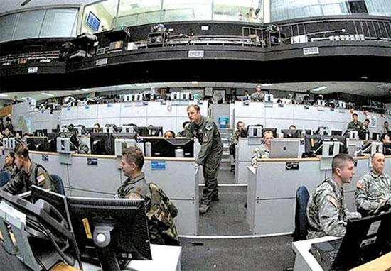 米サイバー司令部がサイバー攻撃に備えて勤務している。米国はサイバー戦力を強化するため、2009年に陸・海・空軍と海兵隊部隊を総括するサイバー司令部を創設した。(中央フォト)