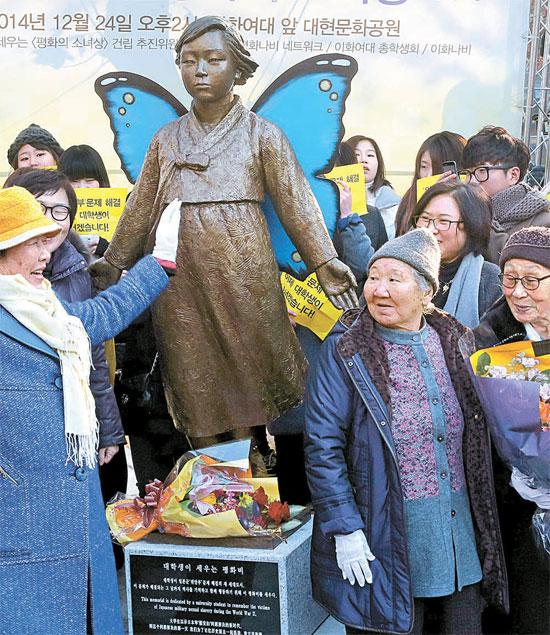 24日、ソウル梨花女子大学前のデヒョン文化公園で日本軍の慰安婦被害者のための「平和の少女像」除幕式が開かれた。この日の除幕式には(写真左から)イ・ヨンス、キル・ウォンオク、キム・ボクトンさんらが参加した。