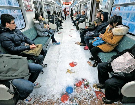 電車内を雪が降った森のようにした「雪花列車」の様子。