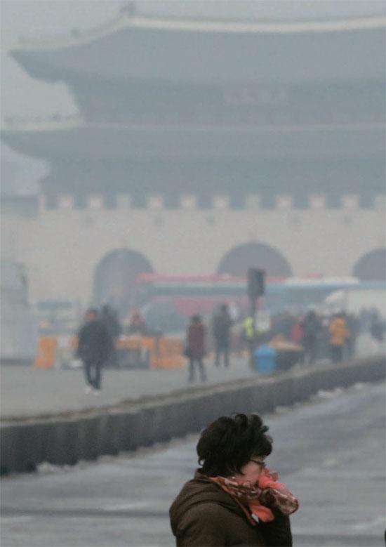 29日、ソウル地域に微小粒子状物質(PM2.5)注意報が発令された。同日の光化門(クァンファムン)の様子。