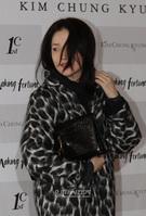 9日午後、ソウル江南区論硯洞のレストラン「CERAS MANO」で行われたメークアップ・アーティストのキム・チョンギョン氏の出版記念会に登場した女優のイ・ヨンエ。