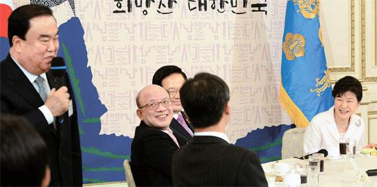 朴大統領が2日、5部の要人と与野党代表を青瓦台に招待し、新年挨拶会を開いた。文喜相(ムン・ヒサン)新政治民主連合非常対策委員長(左)が「(ここの方々は)みんな最高位級だが、私だけが非正常対策委員長の資格に来て申し訳ない」と述べ、出席者が笑っている。(写真=青瓦台写真記者団)