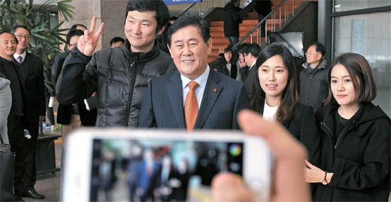 崔ギョン煥(チェ・ギョンファン)経済副首相が8日、大田の忠南大で学生とハンバーガーやピザを食べながら対話した。崔副首相は「青年の就職が難しく、学費が借金として残る状況を心配している」と述べ、学生の不満に共感を表した。崔副首相(左から2人目)と学生が記念写真を撮っている。