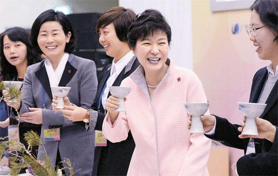 女性新年挨拶会に出席した朴大統領(写真=青瓦台写真記者団)