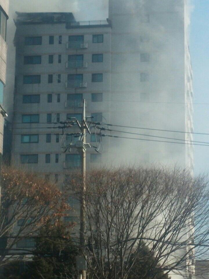 煙を上げて燃える議政府のマンション。