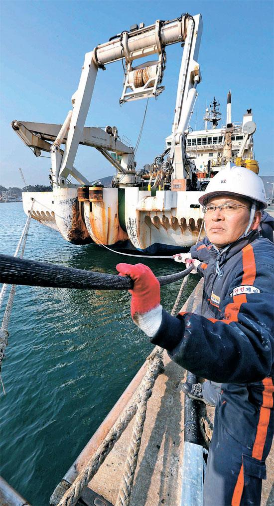 11日、セゲロ号が巨済(コジ)から上海~釜山(プサン)間の海底ケーブルの接続試験を行っている。