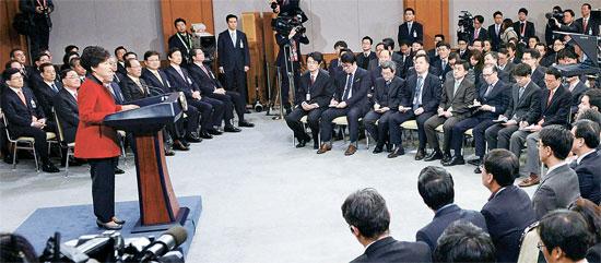 朴大統領が12日、青瓦台で鄭ホン原(チョン・ホンウォン)首相と国務委員、金淇春(キム・ギチュン)秘書室長、首席秘書官が同席した中で新年記者会見を開いた。この日の会見には内外記者120人余りが出席した。