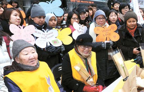 14日午後12時、ソウル中学洞の日本大使館の前で開かれた第1161回「日本軍慰安婦問題解決のための水曜集会」に参加したアジア女性運動家が自ら作った蝶形のプラカードを持っている。この女性運動家らは梨花女子大が開催した「女性活動家スキル強化プログラム」への参加のため今月6日に韓国を訪れた。