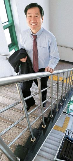 劉正福仁川市長はできるだけエレベーターに乗らず階段を利用する。市長になった後、運動する暇もなく始めた「すきま運動」だ。13日、南洞区(ナムドング)庁を訪問した劉市長が階段を上っている。