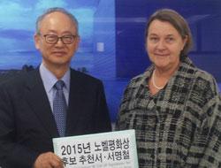 イ・ブヨン代表(左)、マリアン・ダムハウグ副大使(写真=日本平和憲法9条ノーベル平和賞推薦韓国委員会)