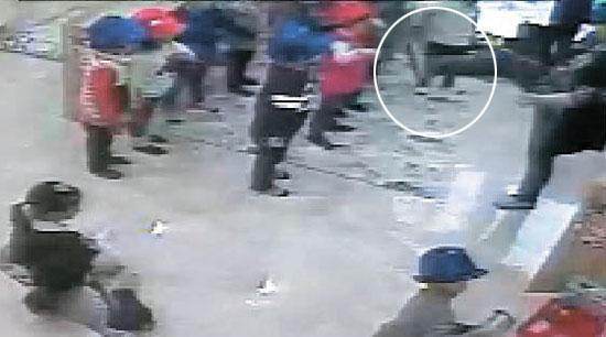 4歳の園児を殴った保育士(右)が遊戯ができない園児を足で蹴るふりをしている。8日の暴行事件の1時間前に映ってた映像で、警察が16日に公開した。