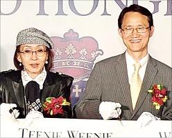 パク・ソンギョン副会長(左)チョ・ヨンチョン香港総領事(右)(写真=韓国経済新聞社)