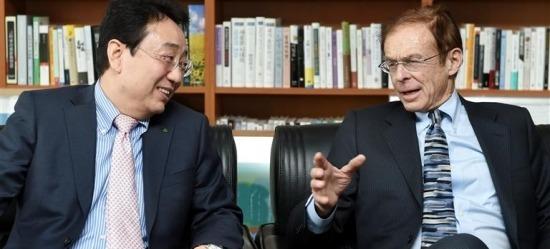 米コンサルティンググループのディシジョンエコノミクスのアレン・サイナイ会長(右)が20日に韓国経済新聞本社で河泰亨現代経済研究院長と対談している。