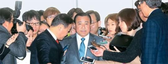次期首相に指名された李完九氏(中央)。
