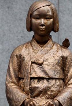 駐韓日本大使館の前に建てられた慰安婦少女像