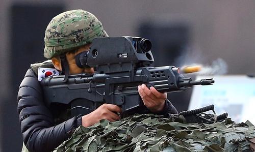 2014年11月17日、京畿道(キョンギド)で開かれたK-11複合小銃の性能実演会で軍関係者が20ミリ空中爆発弾を発射させている。(写真=中央フォト)